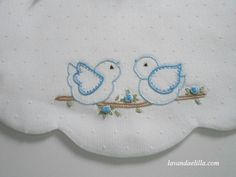Lavanda e Lillà: Bavaglini adorable bibs Hand Embroidery Videos, Hand Embroidery Stitches, Cross Stitch Embroidery, Embroidery Patterns, Machine Embroidery, French Knot Embroidery, Baby Embroidery, Shirt Embroidery, Nursery Patterns