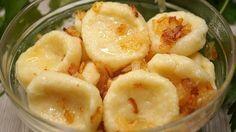 Ленивые вареники с картошкой. Прекрасное блюдо на каждый день. Готовятся очень просто и быстро, получаются необыкновенно вкусные, ароматные и питательные. Ингредиенты: Картофель – 300 гр. Мука – 100 гр. Яйцо – 1 шт. Сливочное масло – 15 гр. Соль – ½ ч. л. Для подливки: Луковица – 1 шт.