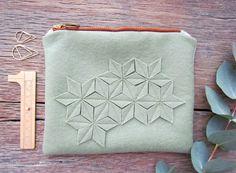Süßes Täschchen aus Wolle und leinen in Graugrün mit geometrischen Blumen / cool clutch made of wool with geometrical pattern made by anderthalb via DaWanda.com