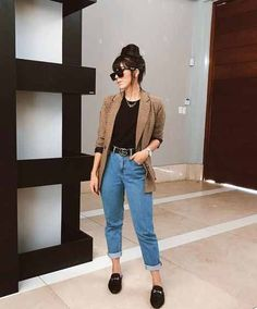 Calça mom jeans, tshirt preta, blazer xadrez e flat mule preta Source by moda Casual Work Outfits, Business Casual Outfits, Work Casual, Classy Outfits, Stylish Outfits, Cool Outfits, Woman Outfits, Casual Clothes, Office Outfits