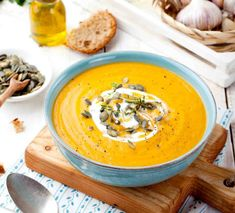 Nothing screams fall than this delicious low-carb easy pumpkin soup recipe. This is one of my favorite keto soup recipes to make in the fall. Gourmet Recipes, Soup Recipes, Healthy Recipes, Healthy Food, Lebanese Salad, Leafy Salad, Winter Soups, Roasted Butternut, Pumpkin Soup