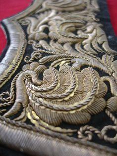 Broderie aux fils d'argent et d'or sur épaulettes militaires