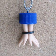 ****2******//////visitare...............///Coppia O mani - tappo bottiglia upcycled alterato ciondolo bambola - blu