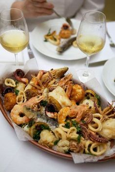 Fritto Misto di Mare - a mix of fried seafood. A perfect dish to share between friends and family. Seafood Platter, Seafood Dishes, Shrimp Recipes, Fish Recipes, Food Shrimp, Salad Recipes, Italian Christmas, Christmas Eve, Retro Christmas