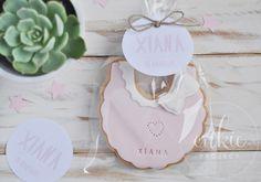 Galletas  para bautizo de niña. Galleta decorada en fontant con babero de bebé Galletas originales y personalizadas para bebés con un packaging bonito!!