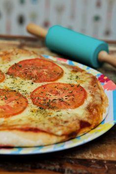 Te mostramos como fazer uma pizza super fácil: a massa é feita com apenas 2 ingredientes.