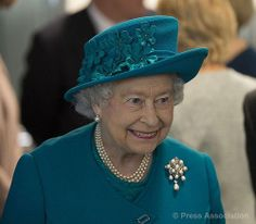 Elizabeth II wearing Queen Victoria's 11 pearl brooch