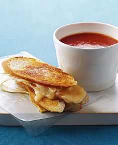 Grilled Cheddar and Fennel Sandwiches with Curry Mayo / Photo by Romulo Yanes Spicy Tomato Soup Recipe, Tomato Soup Recipes, Tomato Soups, Grilled Sandwich, Soup And Sandwich, Cheddar, Sauce Cocktail, Grilled Cheese Recipes, Gourmet