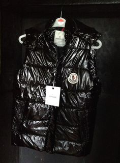 Moncler Men s Gilet Bodywarmer Size 4 Large Excellent condition W  Hood 5cec8abd043