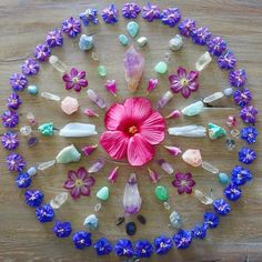 Blessed midsummer vibes 🌸🌺💜 'Everything is energy. Your thought begins it, your emotion amplifies it and your action increases the… Crystal Guide, Crystal Magic, Crystal Mandala, Crystal Flower, 7 Chakras, Chakra Crystals, Stones And Crystals, Healing Crystals, Flower Mandala