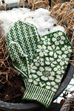 One skein of Zauberball is enough for both the Maja hat and Maja mittens. Knitted Mittens Pattern, Knit Mittens, Knitted Gloves, Knitting Socks, Hand Knitting, Knitting Charts, Knitting Patterns, Motif Fair Isle, Knit Stranded