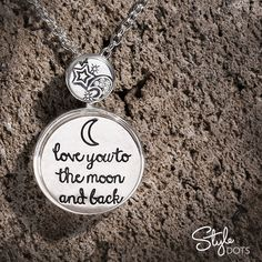 Tell your message with our Story Dots in your favorite Style Dots foundation. Here our Classic Combination Necklace is dressed up with our 'Love you to the moon and back' 30 mm Dot and our  'Moon and Stars' 12 mm Dot.