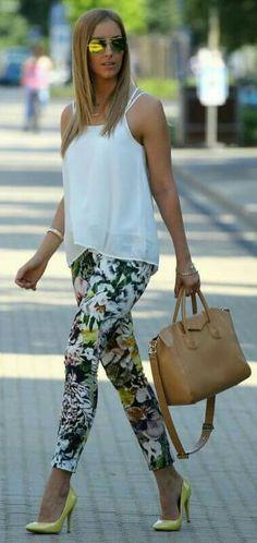 Pantalón floral y blusa blanca