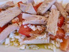 Ensalada de tomate y atun. Ver receta: http://www.mis-recetas.org/recetas/show/43165-ensalada-de-tomate-y-atun