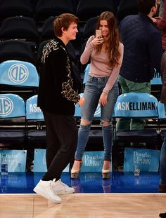 Ansel Elgort and Violetta Komyshan at Knicks Game Oct. Basketball Videos, Basketball Pictures, Basketball Shirts, Basketball Games, Basketball Drawings, Basketball Decorations, Basketball Motivation, Curry Basketball, Street Basketball