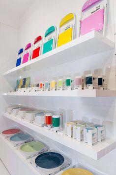 Apre a Milano il primo Pantone Concept Store Concept Shop, Concept Stores, Retail Store Design, Retail Stores, Pantone Universe, Foldable Chairs, Retail Concepts, Merchandising Displays, Shop Interior Design