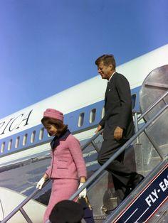 Jackie Kennedy et JFK arrivant à Dallas, le 22 novembre 1963, quelques heures avant l'assassinat du président américain (AFP hand out / Ceci...