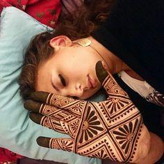 Cool geometric henna design with henna Mehndi Designs For Beginners, Modern Mehndi Designs, Mehndi Design Pictures, Wedding Mehndi Designs, Mehndi Designs For Fingers, Dulhan Mehndi Designs, Beautiful Henna Designs, Henna Tattoo Designs, Tattoo Ideas