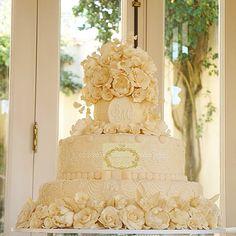 Bolo de casamento, topo e primeiro andar repleto com flores de açucar. Siga www.instagram.com/simoneamaralofficial e curtir www.fb.com/simoneamaralofficial