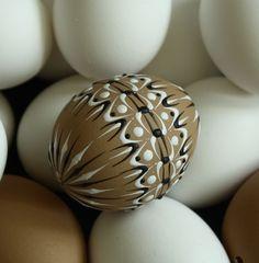 Kraslice v přírodních tónech J2 Velikonoční kraslice zdobená tradiční technikou - reliéfním nanášenímvčelího vosku pomocí špendlíkové hlavičky. Vzor na vajíčku vychází ze slovenských kraslicových vzorů a je převeden do reliéfního zdobení. Na dekorování jsem použila včelí bělený vosk, který jsem obarvila pigmenty rozpustnými v tucích. Tento vzor je ... Eastern Eggs, Egg Shell Art, Diy And Crafts, Arts And Crafts, Cute Easter Bunny, Mandala Rocks, Egg Art, Egg Decorating, Egg Shells