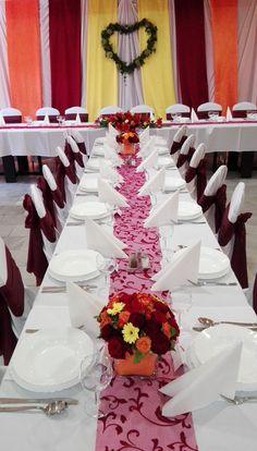 Esküvői dekoráció őszi színekben: bordó, narancs és sárga. Asztaldísz, háttérdekoráció és szőlőindákból készült szív  főasztal mögött. | Nézd meg további referenciáinkat: http://eskuvoidekor.com/viragdekoracio