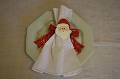 Porta guardanapomotivo Papai Noel, pintado à mão, feito em mdf, com amarração de laço de fita. Consulte prazo de entrega.