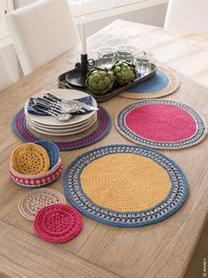 Sun Flare Table Set Crochet Pattern This paid pattern features placemats, coasters and a matching basket. Colorful design surely brings a pop of color for any occasion. Annie's Crochet, Crochet Round, Crochet Crafts, Crochet Doilies, Crochet Projects, Crochet Placemat Patterns, Crochet Home Decor, Moss Stitch, Crochet Kitchen