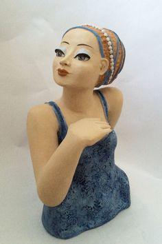 Frau in Blau mit Perlen im Haar