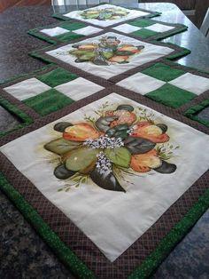 Feito em tecido 100% algodao, com patch aplique enriquecido com pintura     Um sonho de caminho de mesa... R$ 140,00
