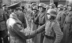 Joseph Goebbels, ministro da propaganda nazi, aperta a mão a um jovem (muito, muito jovem) recruta que recebe a cruz de aço em 1945.