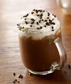 From pumpkin spice to Christmas cookie lattes, There are so many great Starbucks drinks for the holidays. Let us help you pick the best Starbucks holiday drinks Starbucks Holiday Drinks, Starbucks Coffee, Christmas Drinks, Choco Chocolate, Chocolate Cherry, Candy Shots, Tassimo Coffee, Thanksgiving Drinks, Cappuccino Coffee