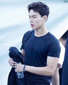 "1,180 curtidas, 17 comentários - mae !! (@shownuty) no Instagram: ""shownu in a black tee was a good concept look how hot"""