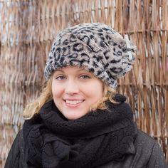 VALKOPIPPURI -malli. Pitkänmallinen, lämmin tekokarvapäähine, puuvillavuorissa normaali korkeus, kapea vanu on ympäri päähineen, heijastava lenkki päälaella.  Saatavana myös kaulaliina samasta materiaalista. Konepesu/maschine washable. 100%polyesteri/polyester, vuori /lining 95% puuvilla/cotton 5%elastaani/elastan. www.personaldesignhat.fi #hattu #hat #wemakehats #finnish