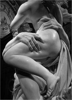 Bernini y los grupos Borghese  Plutón hunde sus dedos en la diosa, Bernini hizo del mármol algo tan modelable como la piel.