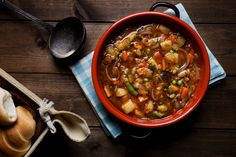 Looking for a recipe to warm your bones this winter? Look no further than this easy and delicious hearty minestrone. Minestrone soup is a complete meal in a bowl. Tasty, hot, and packed with … Beef Soup Recipes, Vegetable Soup Recipes, Instant Pot Pressure Cooker, Pressure Cooker Recipes, Pressure Cooking, Frugal Meals, Easy Meals, Stupid Easy Paleo, Bon Appetit