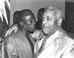 Jazz trumpeter Miles Davis chats with fellow jazz legend Dizzy Gillespie at Miles' birthday party on May 26 1984 Jazz Artists, Jazz Musicians, Music Artists, Dizzy Gillespie, Vintage Black Glamour, Jazz Blues, Blues Music, Smooth Jazz, Miles Davis
