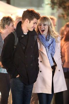 Emma and Andrew Snuggle Up For PDA on the Spider-Man Set: Emma Stone and Andrew Garfield filmed a scene together in NYC. Movie Couples, Cute Couples, Emma Stone Andrew Garfield, Andrew Garfield Spiderman 2, The Amazing Spiderman 2, Spider Man 2, Man Set, Celebs, Celebrities