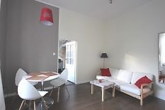 Do sprzedania piękne 2 pokojowe mieszkanie opowierzchni użytkowej 36m2   antresola 4m2 przy ul. Karmelickiej w Krakowie. Dokorzystania duża piwnica.Nad mieszkaniem znajduje się strych.Mieszkanie jest jasne i świeżo po remoncie, wyposażonew nowe meble. Na mieszkanie składa się salon, duża sypialnia z antresoląoddzielania kuchnia i łazienka w pełni wyposażone: piekarnik, pralka, kuchenkagazowa. Mieszkanie znajduje się na drugim piętrze kamienicy,od podwórka i jest bardzo ciche. Duże nowe okna… Corner Desk, Bed, Furniture, Home Decor, Living Room, Corner Table, Decoration Home, Stream Bed, Room Decor