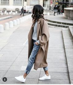 See how neatly those boyfriend jeans are folded so sexy. Love the whole look! It's so Paris 2017!