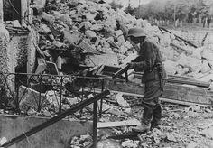 """1941, Union Soviétique, Un """"Unteroffizier"""" armé d'une MP38/40 s'apprête à inspecter une cave"""