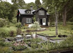 Summer house concepts to influence you to create the landscape of your aspirations Nordic Home, Scandinavian Home, Sweden House, Dutch Colonial, Yellow Houses, Dream House Exterior, Cottage Exterior, Summer Landscape, Black House