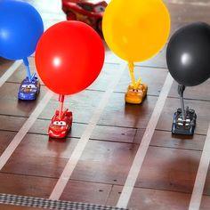 Dans le film Cars 3 de Disney•Pixar, les pilotes laissent leur amitié sur la ligne de départ et la récupèrent sur la ligne d'arrivée. Recréez l'affrontement entre Flash McQueen et Jackson Storm dans cette course de ballon style Florida 500 ! Collectionez les voitures de Cars 3 pour relever ce défi à bride abattue ! Prenez …
