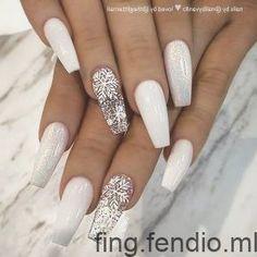 Incroyable blanc poussière de fée et flocons de neige sur les ongles de cercue... - #blanc #cercue #flocons #incroyable #neige #ongles #poussiere