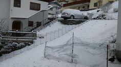 Gestern Zaun aufgestellt. Heute wieder Schnee. Wohnen auf 1400m/Ü. Aber das Ergebnis kann sich sehen lassen, wir sind voll happy. LG SILVIA Gartenzaun anneau-115-roh