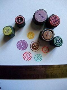 Estampació amb botons enganxats a un tap de suro.
