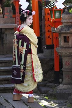 Maiko Miyagawa-cho at Shrine Tatsumi  京都宮川町の舞妓さん