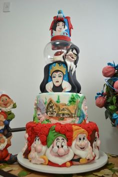 Not a Snow White fan, but this is pretty awesome! Would make a wonderful fairytale wedding cake!