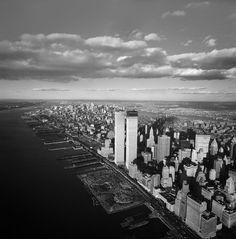 Vista aerea de Manhattan donde se puede ver la construcción de las Torres Gemelas. Año 1971.