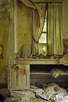Abandoned farm house by Hercio Dias Abandoned Buildings, Abandoned Farm Houses, Abandoned Property, Abandoned Mansions, Old Buildings, Abandoned Places, Old Houses, Abandoned Castles, Old Farm