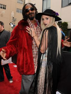 Snoop Dogg And Ke$ha | GRAMMY.com smokin a giant blunt on stage. amazing